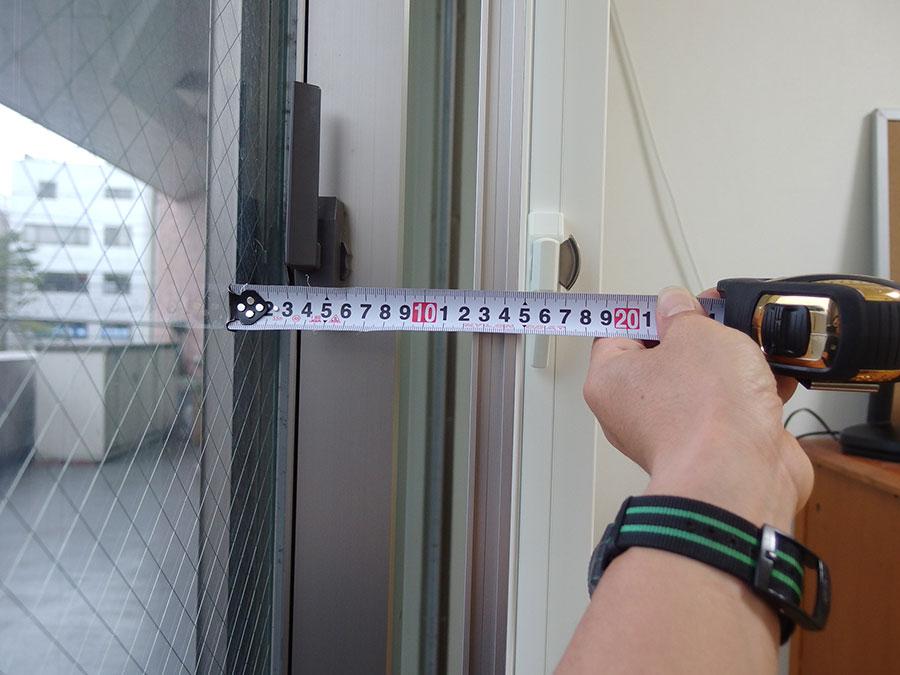 ミリ単位でサッシの歪みを測定しています