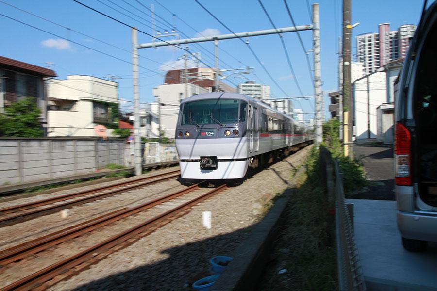 線路のすぐ横の一戸建てで電車の騒音に悩まされる