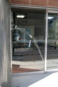 ビルの入口のガラス修理